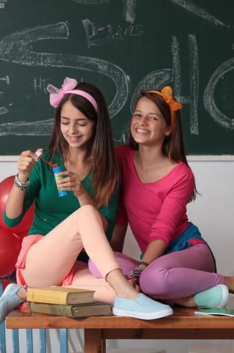 2 ילדות בכיתה עם הדפסה על החולצה