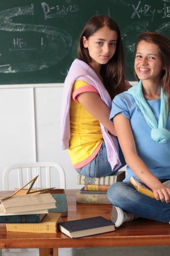תמונת רקע- 2 ילדות בכיתה
